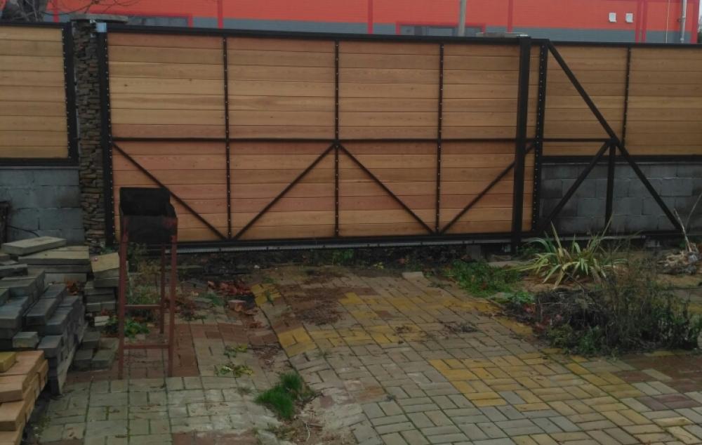откатные ворота с обшивкой деревом